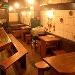 だいこんまん - 店内は大きな鉄板と木製家具でレトロな雰囲気!