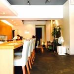 赤坂 丈太郎 - 店内の様子、カウンター席のほかに広々としたテーブル席もあります。