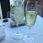 BISTRO MARX - 左がノンアル、右がシャンパン。