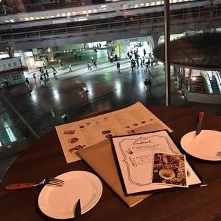 有楽町駅と新幹線が一望できる窓側席