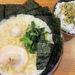 横浜道 - 料理写真:醤油ラーメン+のり増し+ライス