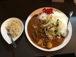 欧風カリーM - 牛すじ煮込みと野菜カレー 大盛りともやし