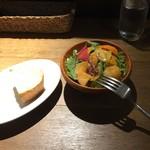 オステリア アガぺ - ランチにつくサラダとフォカッチャ