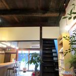 サボ - 天井の梁が印象的な店内。禁煙です