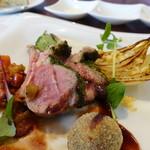 ビストロ ダイア - ニュージーランド産の仔羊はパセリとパン粉を付けて焼き、エキゾチックな味の黒豆のコロッケが添えられています