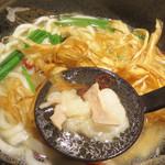 喜八郎 - ニンニクは入っていませんが、丸腸、ニラや唐辛子が入ったモツ鍋風うどんと言ったところ。
