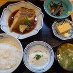 69897268 - ◆本日の煮魚定食(950円) 「カレイの煮付け」「鯛の胡麻和え」「おぼろ豆腐」「玉子焼き」「お味噌汁」「ご飯」など。
