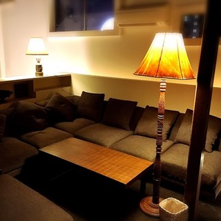 ダウンライトでごろんとゆったりできるソファー席