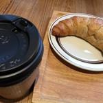 69903122 - コーヒー(¥270)・クロワッサン(ゴマ入り)(¥230)