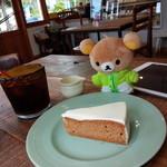 POMPON CAKES - キャロットケーキ、アイスコーヒー