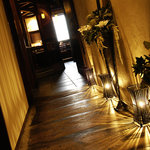 パパイヤリーフ - 店内に入ると間接照明でムーディーな廊下…
