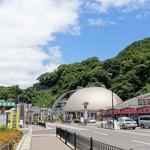 道の駅越前 - 2017年6月 奥の丸い屋根の建物はかにミュージアム。