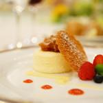 69914317 - フロマージュブラン・チーズケーキとセシュワンペッパーでソテーしたパイナップル ピニャコラーダソース