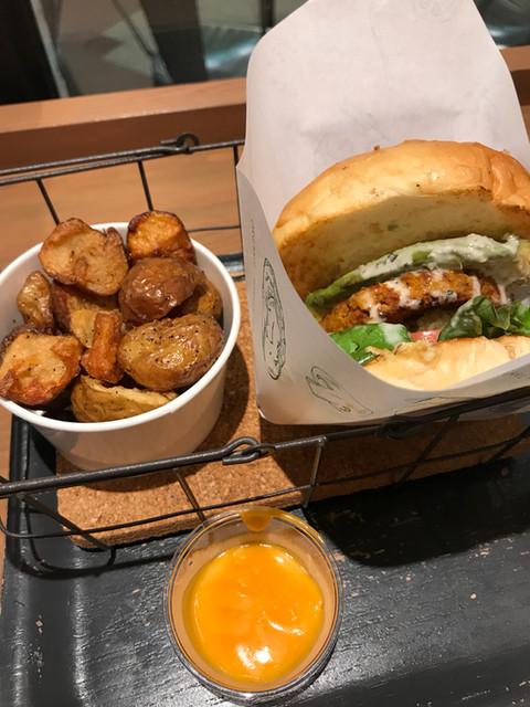 オーガニック バーガー キッチン - ソイミートアボカドバーガー ポテトのソースはメルトチーズ ポテト美味しかった◎