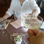 69932993 - 先ずはウエルカムのスパークリングワインで乾杯しましょう!