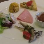 69934635 - 稚鮎のフリット、ミートボール、マスカルポーネを挟んだ生ハム、カボチャ、ケークサレの前菜