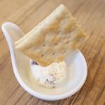 ウルビアマン - チャージのクラッカーとクリームチーズ(300円・外税)