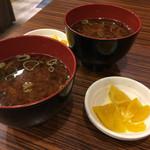 肉タレ屋 - 赤出汁と香の物