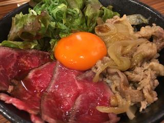 肉タレ屋 難波バル店 - 甘辛焼きすきとローストビーフの味わい丼