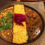 ピワン - 2種盛り1100円トウモロコシと豆のスープ+チキンカレー