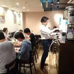スパゲッティーのパンチョ - スパゲッティのパンチョ 渋谷店 店内 お水はセルフサービス 右奥にもテーブル席があります