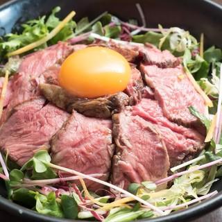 ステーキにハンバーグ、サラダと多彩なランチメニュー