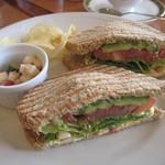 リアン サンドウィッチ カフェ - タマゴ&ベーコンにアボカドをトッピング