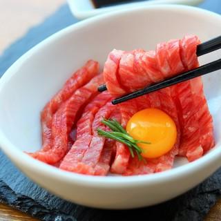 「黒毛和牛の炙り黄金とろユッケ」肉好きにたまらない至高の逸品