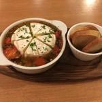 洋食バル マカロニ食堂 - まるごとカマンベールのアヒージョ