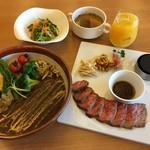 洋食バル マカロニ食堂 - 野菜カレーランチとステーキランチ