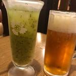 びっくりドンキー - ドリンク写真:生ビールとのみごろキウイ