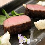 L'ISOLETTA - 程よくジューシー、旨みを閉じ込めた味わいを満喫できる『淡路牛モモ肉の炭火焼、玉ねぎのパウダー添え』