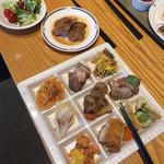 レストラン セリーナ - メインは牛肉のソテー、フルーツソース。他のも肉料理が多かった(^∇^)