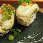 函館市場 - 大きな蒸し牡蠣