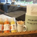 豊前裏打会 萬田うどん - 卓上には、辛味調味料が3種類。 辛くなさそうな色の『黄金』が一番辛かったです。