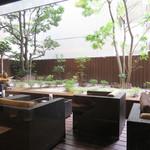 豊前裏打会 萬田うどん - テラス席。夜はお酒やおつまみを楽しめます。