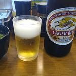 亀正くるくる寿司 - 瓶ビール中瓶とセルフサービスの味噌汁