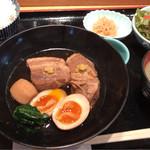 いとはん三日月 - 豚角煮定食 950円。