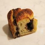ブリオッシュ ドーレ - 「チョコ ブリオッシュ」150円 発酵バターたっぷりのブリオッシュ生地にチョコ生地を折り込み焼き上げました。