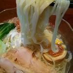 こくまろ鶏らーめん 久久 - 菅野製麺のストレート細麺つるしこ~♪