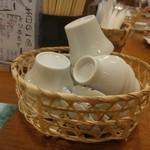 奈良の酒蔵全部呑み うまっしゅ - 3種類のサイズのお猪口が卓上に置かれてます。