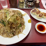 太陸 - 「焼き餃子」(540円)と「タワー硬焼きそば」(860円)
