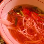 いなか屋 - 御所野らーめんのトッピングは、チャーシュー、青ネギ、白髪ねぎ♪ スープは鶏ガラスープと魚介スープをミックスしたあっさり醤油系のラーメン? 優しい味です(*^▽^*)