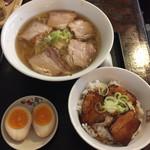 坂内 - 料理写真:ラーメン、味玉、焼豚ご飯のセットで940円はお得だと思う