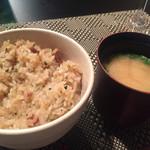 鉄板焼 南々西 - ガーリックライス、味噌汁。