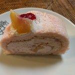 69989269 - 白桃のロールケーキ