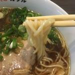 鶏そば カヲル - 鶏そば 醤油 味玉の麺リフト(*^▽^*)