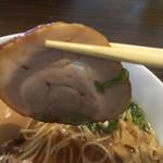 鶏そば カヲル - 鶏そば 醤油 味玉のチャーシューリフト〜(*^▽^*)