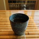 和とBar 月の小路 - サービスの熱いほうじ茶
