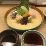 白鷹 - お造り。生姜と山葵用の醤油皿が二つ